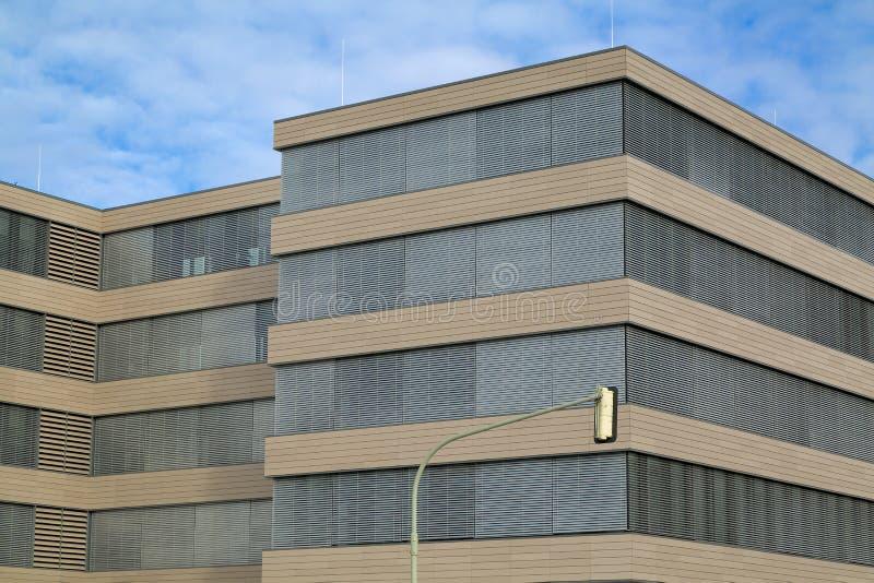 Construção moderna nova no distrito financeiro imagem de stock