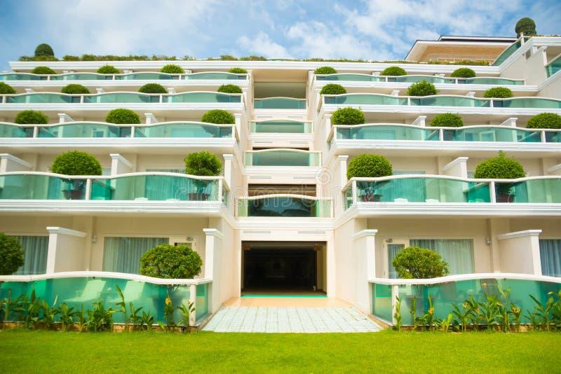 Construção moderna simétrica do hotel fotografia de stock