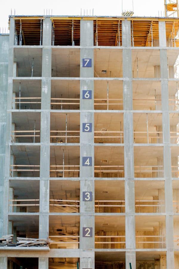 Construção moderna sob o detalhe da construção, o quadro concreto, as aberturas do indow e o andaime fotografia de stock royalty free