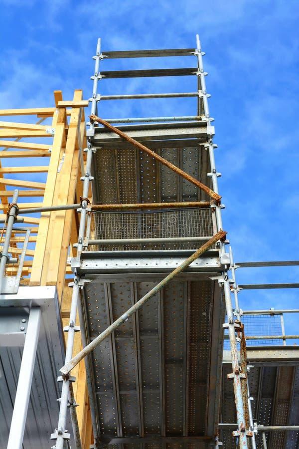 Construção na construção comercial do escritório médio foto de stock royalty free