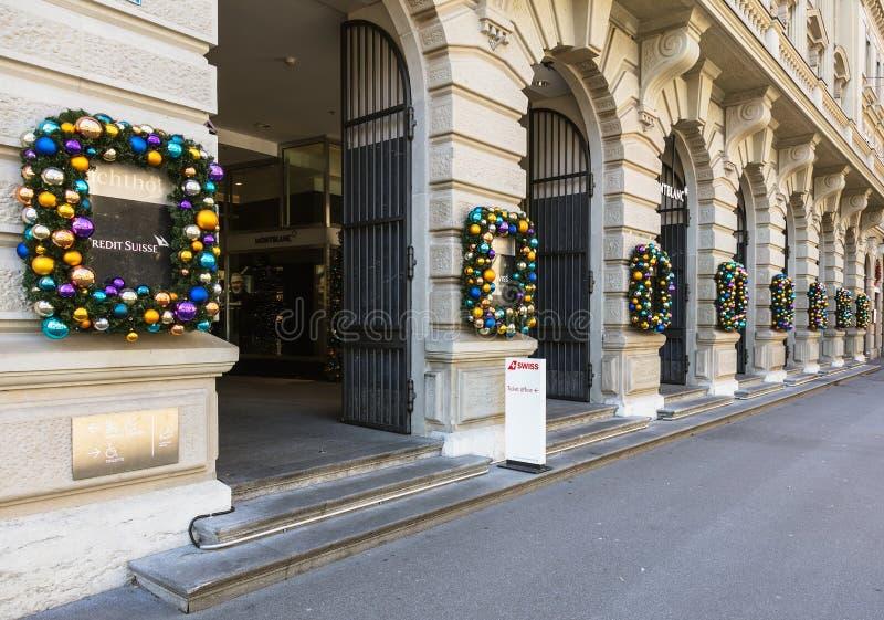 A construção na rua de Bahnhofstrasse em Zurique decorou para o Ch imagens de stock royalty free