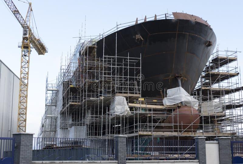 Construção naval em andamento com Crane In Port Glasgow, Escócia pelo andaime do mar ainda erigido foto de stock royalty free