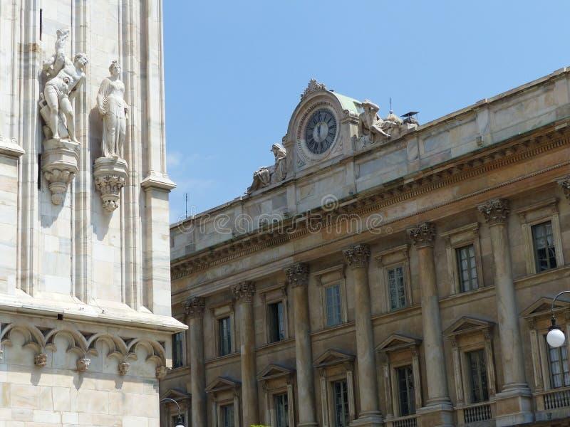 construção Neo-clássica com no primeiro plano duas estátuas da catedral neogótica de Milão Italy foto de stock