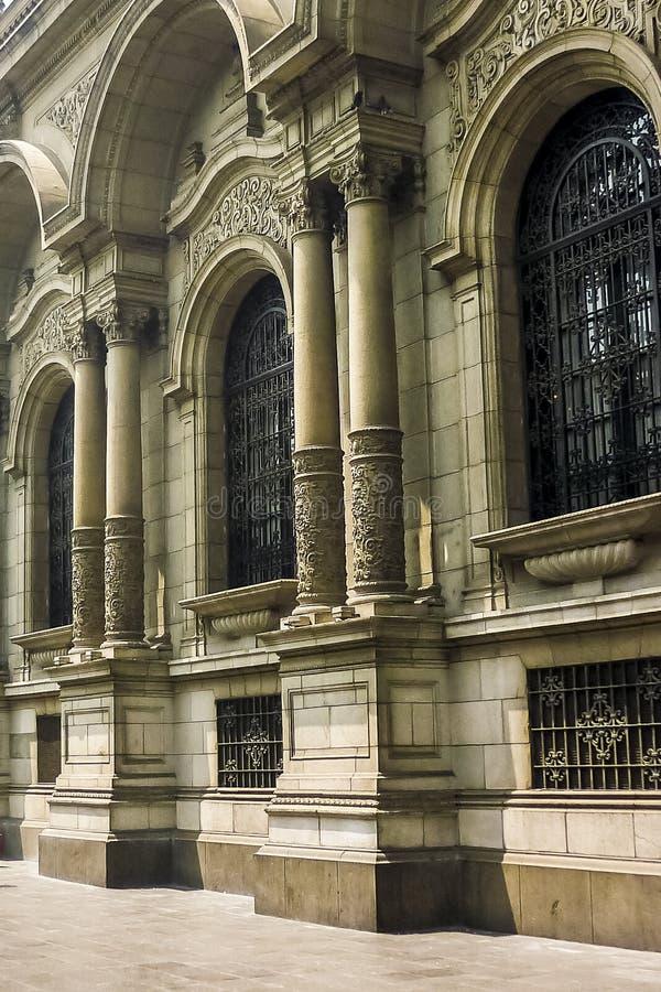 Construção neoclássico do estilo no prefeito da plaza no Peru imagens de stock royalty free