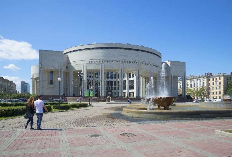 A construção nova da biblioteca nacional do russo St Petersburg, Rússia foto de stock