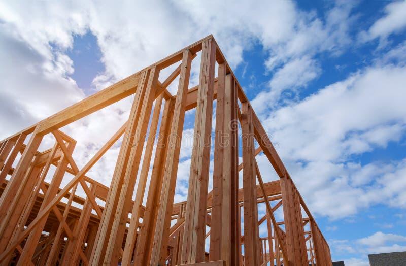 A construção nova da casa da construção do feixe moldou a terra acima imagens de stock royalty free