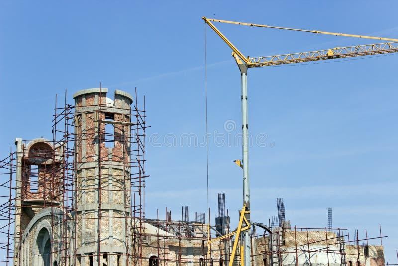 Construção nova da igreja com guindaste imagem de stock royalty free