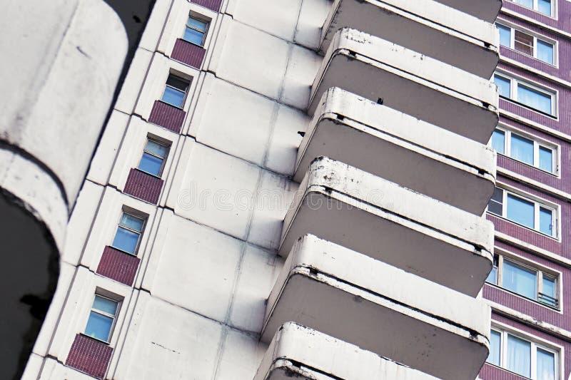 Construção ordinária da moradia de Moscou com fragmento dos balcões fotos de stock royalty free
