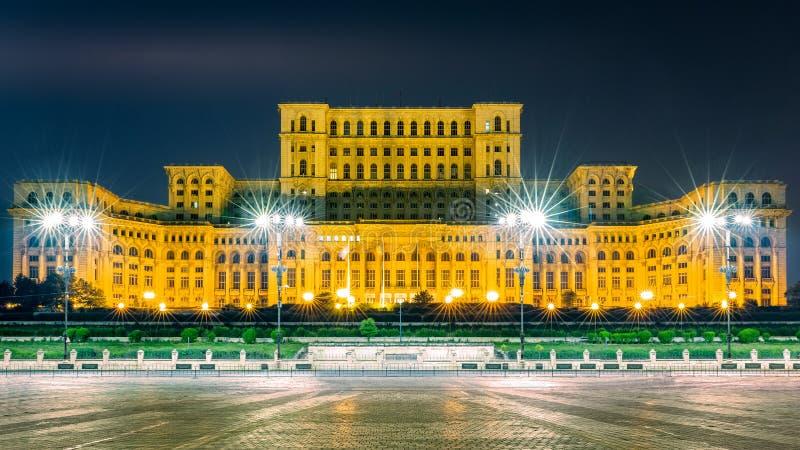 A construção pública do palácio do parlamento, na noite, em Bucareste, Romênia imagem de stock royalty free