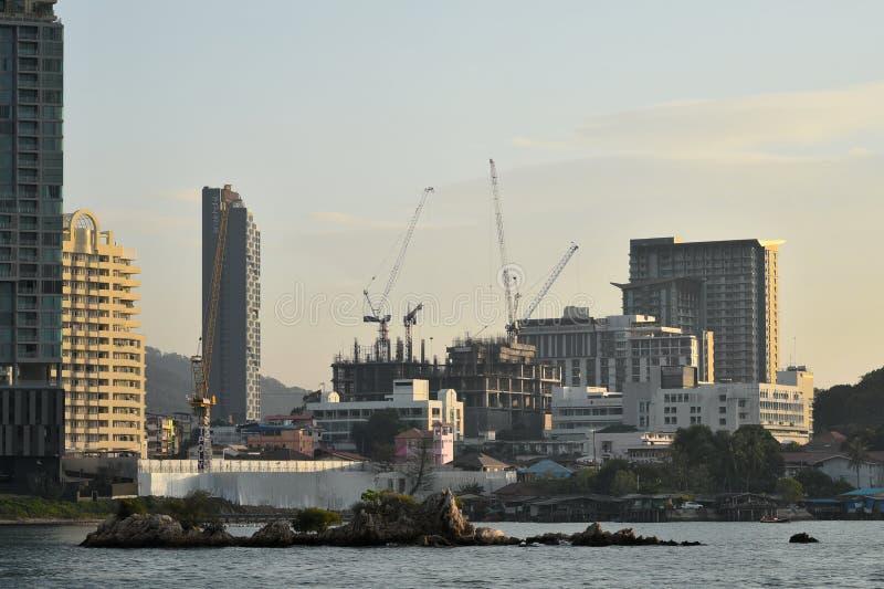 Construção pequena da ilha e do hospital sob o backgroun da construção fotos de stock