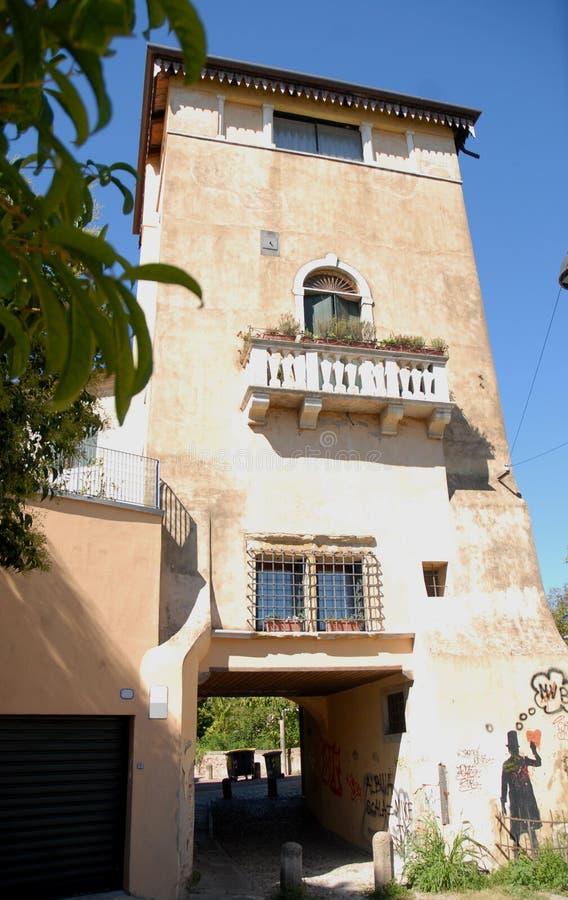 Construção perto da torre do obervatório, do antigo obervatório, ou do diabo em Pádua em Vêneto (Itália) fotografia de stock