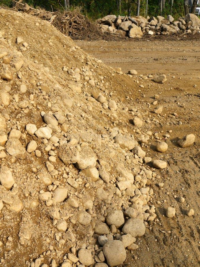Construção: pilha da terra e rochas escavadas fotografia de stock