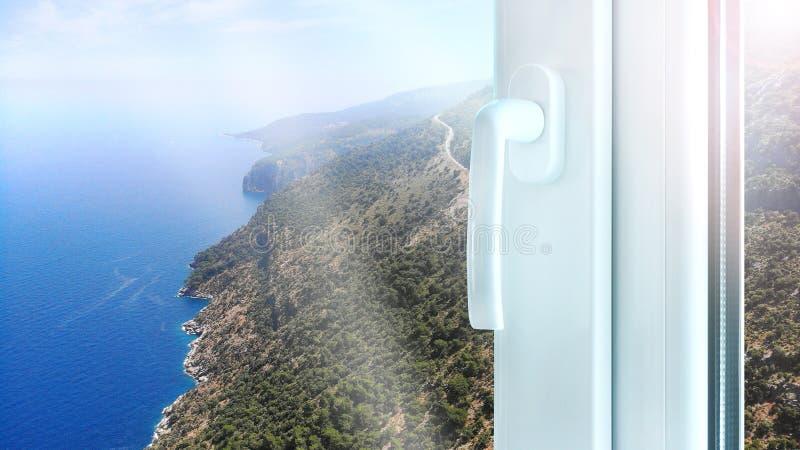 Construção plástica da janela do metal com opinião perfeita do mar do assoalho alto foto de stock royalty free