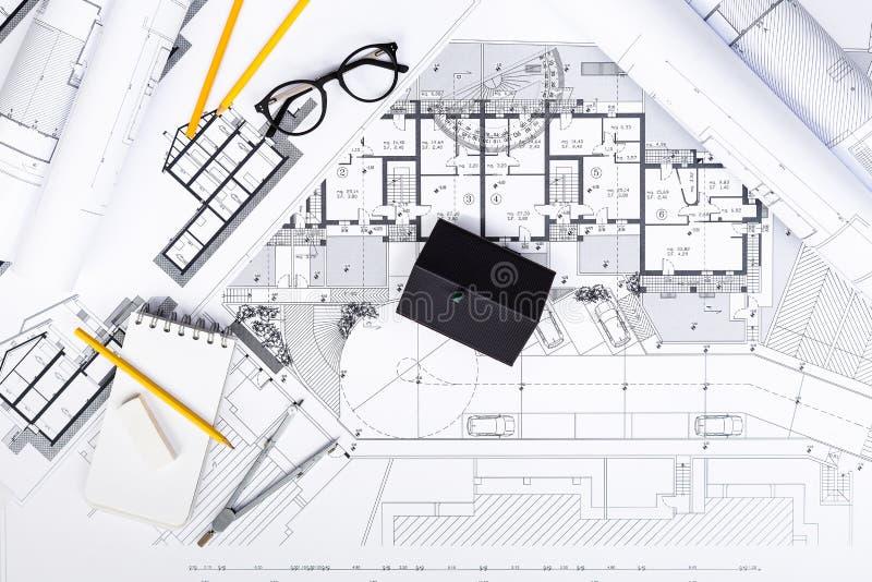 A construção planeia com ferramentas de desenho e miniatura da casa em azul ilustração do vetor