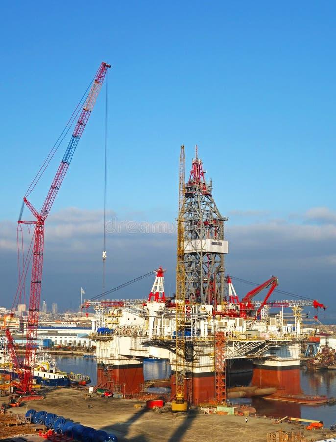 Construção a pouca distância do mar do óleo e do equipamento, Baku, Azerbeijan imagem de stock