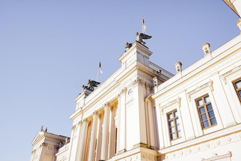 Construção principal da universidade de Lund contra o céu azul fotografia de stock
