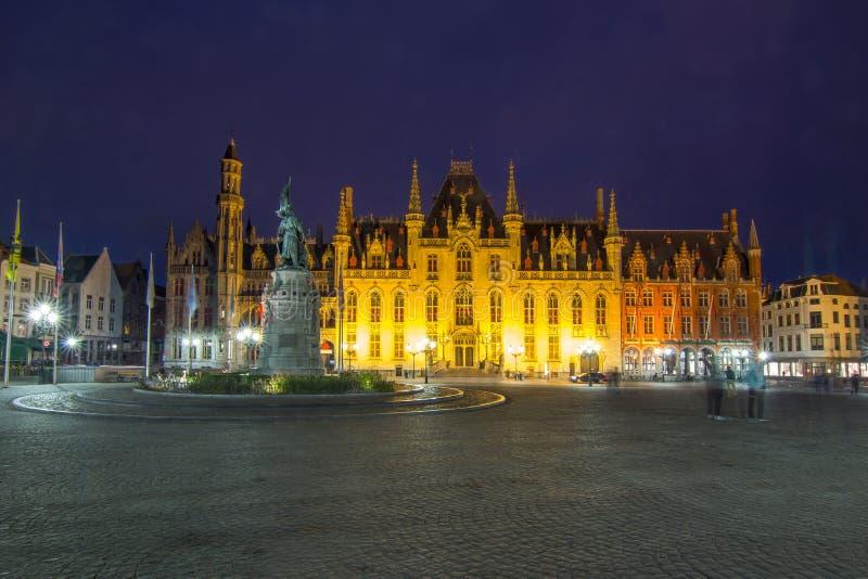 Construção provincial da corte no markt na noite, Bruges de Grote do mercado, Bélgica imagens de stock