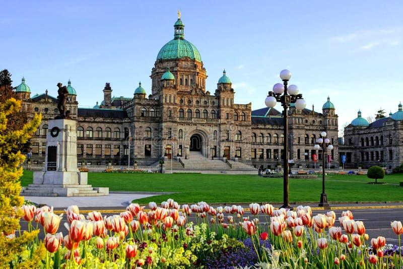 Construção provincial do parlamento do Columbia Britânica com tulipas da mola fotografia de stock
