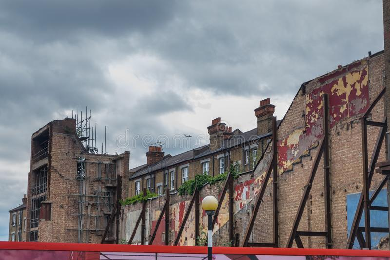 Construção que está sendo demulida em um ambiente urbano fotografia de stock royalty free
