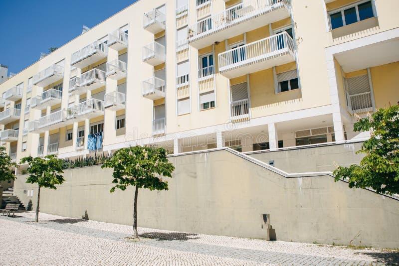 Construção residencial com os balcões em Lisboa em Portugal Perto da construção há uma rua com árvores imagem de stock
