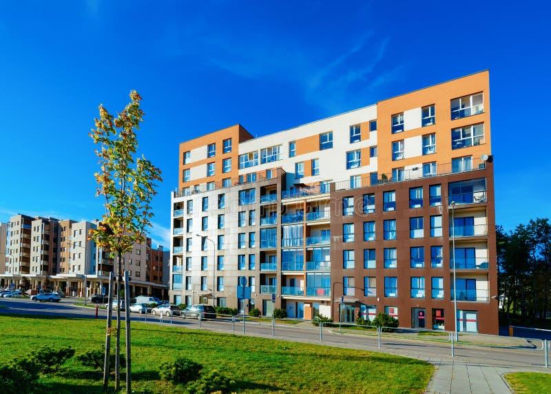 Construção residencial e carros de casa de apartamento estacionados na rua foto de stock