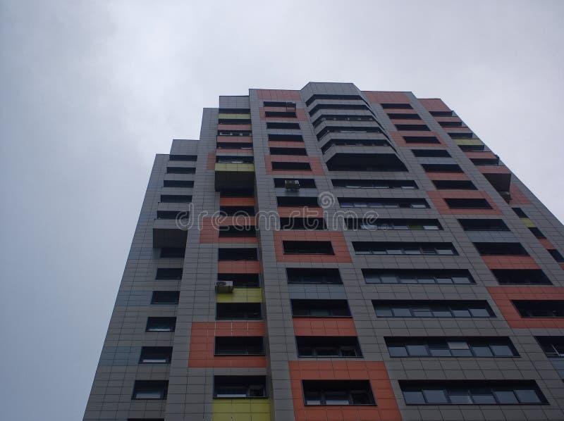 Construção residencial moderna contra o céu nebuloso no verão fotos de stock