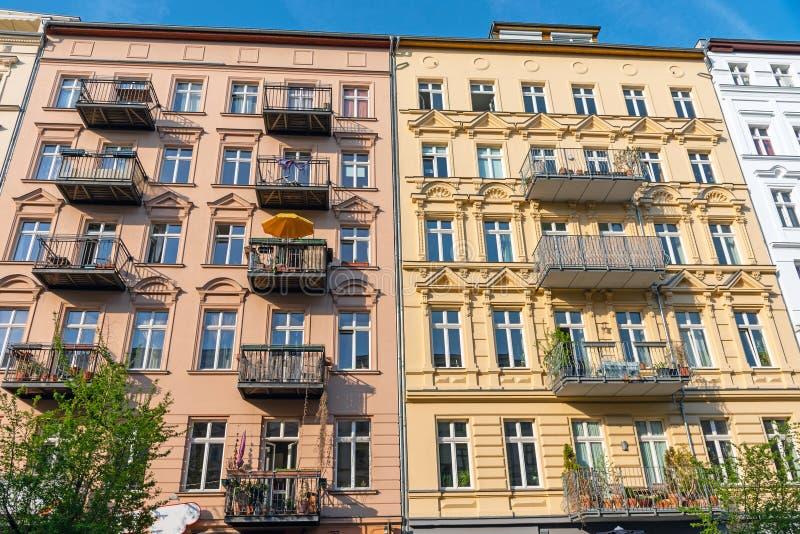 Construção residencial velha restaurada colorida em Berlim imagens de stock royalty free