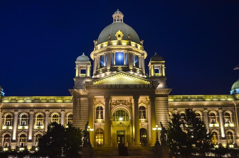 Construção sérvio do parlamento na noite fotografia de stock