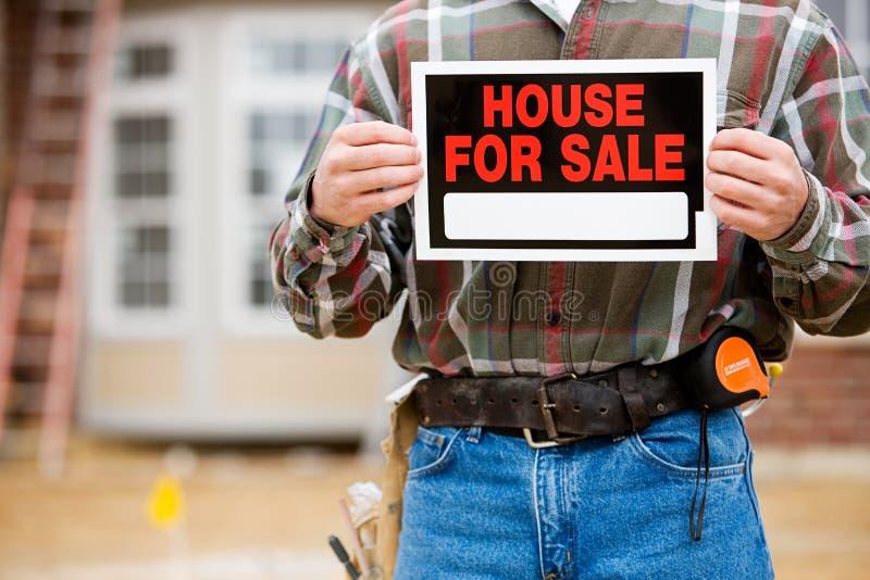 Construção: Sinal de Holds Up Sale do construtor foto de stock royalty free