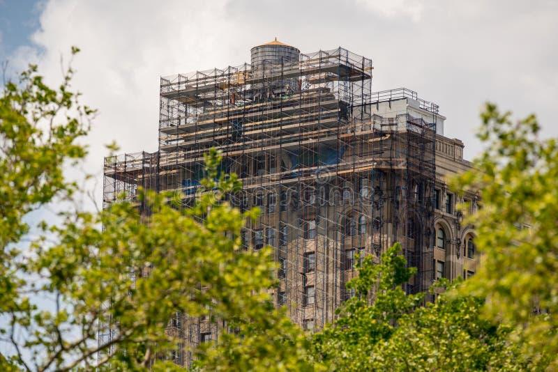 Construção sob a construção com o andaime em New York Manhattan imagens de stock royalty free