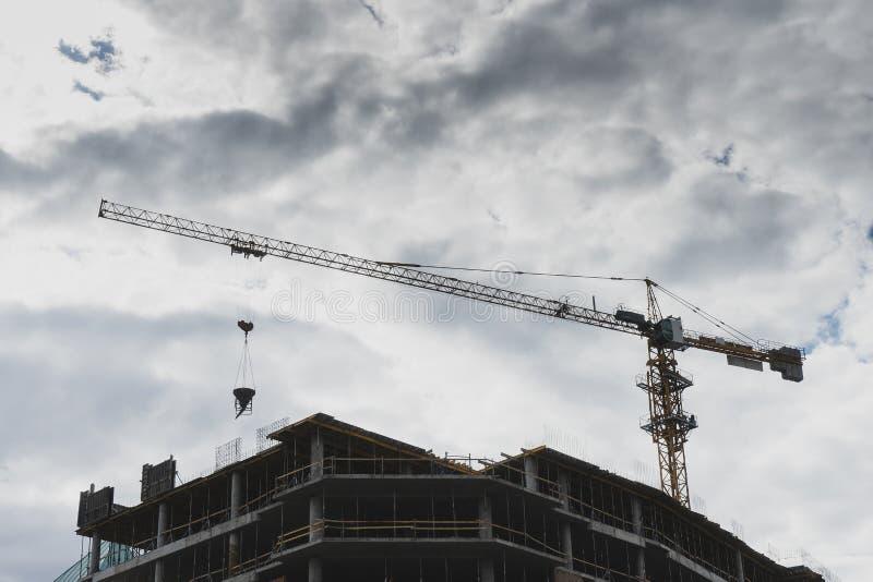 Construção sob a construção contra o céu nebuloso branco imagem de stock