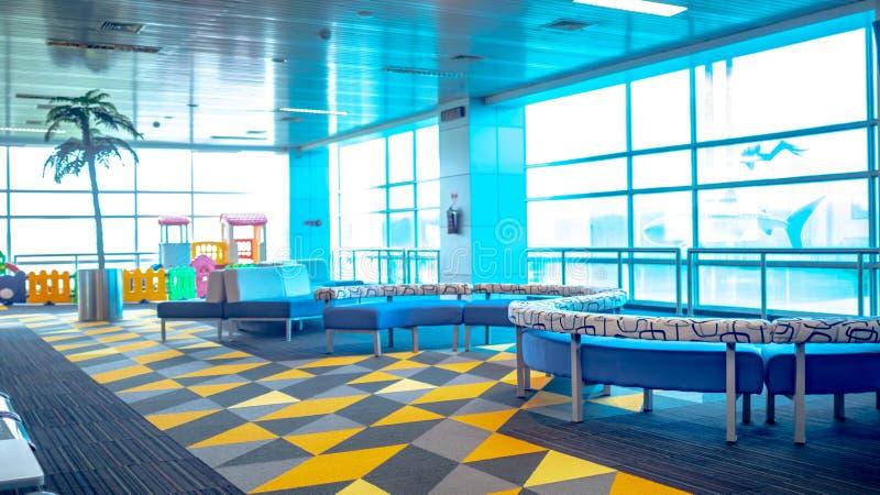 Construção terminal de aeroporto com facilidade do campo de jogos das crianças fotografia de stock royalty free