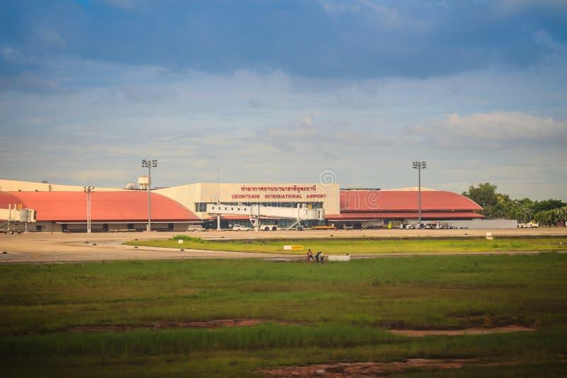 Construção terminal no campo de grama do aeroporto internacional de Udon Thani (UTH), situado perto da cidade da província de Udo imagem de stock