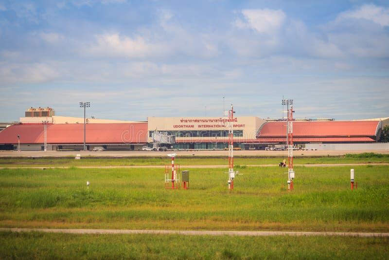 Construção terminal no campo de grama do aeroporto internacional de Udon Thani (UTH), situado perto da cidade da província de Udo imagens de stock royalty free