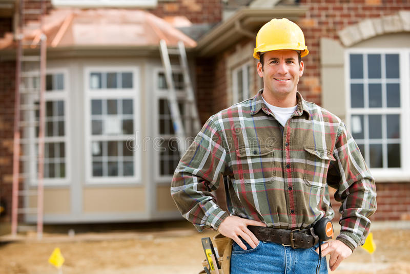 Construção: Trabalhador alegre no canteiro de obras foto de stock