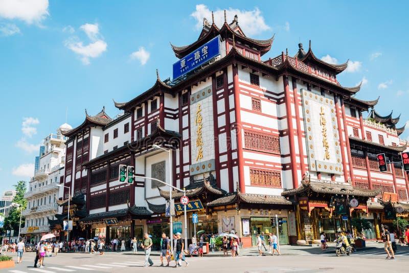 Construção tradicional chinesa na rua velha de Shanghai foto de stock