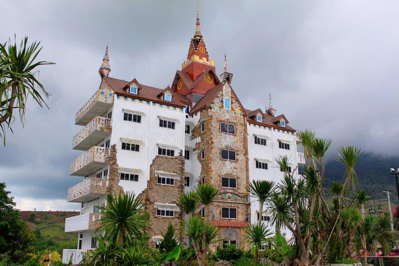 Construção tradicional com arquitetura tailandesa ao lado do templo de Pha Sorn Kaew, Khao Kor, Phetchabun, Tailândia imagens de stock royalty free