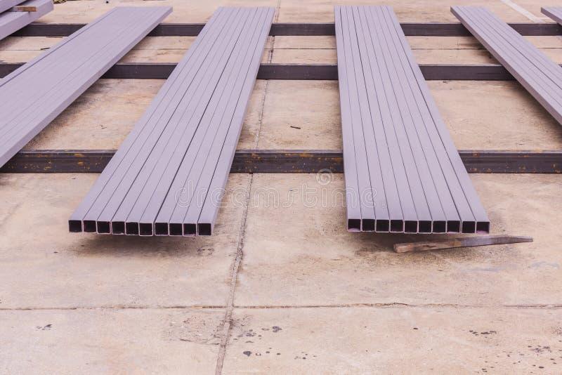 Construção: Tubo de aço retangular com a pintura antiferrugem prepar imagem de stock