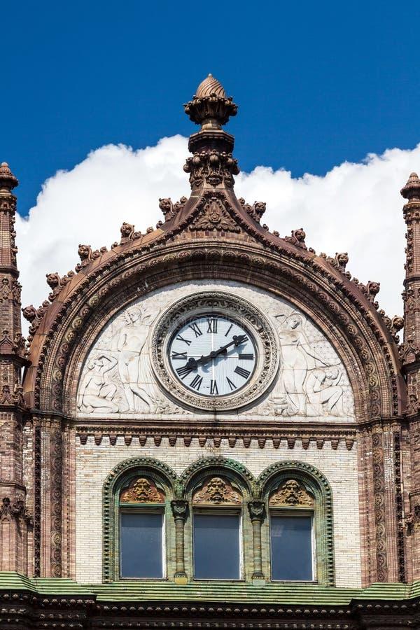 Construção velha bonita de Art Nouveau com os pulsos de disparo em Budapest, pendurado imagens de stock