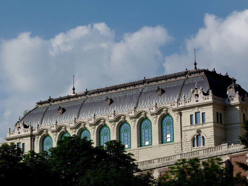 construção velha clássica recentemente renovada no distrito do castelo em Budapest imagem de stock