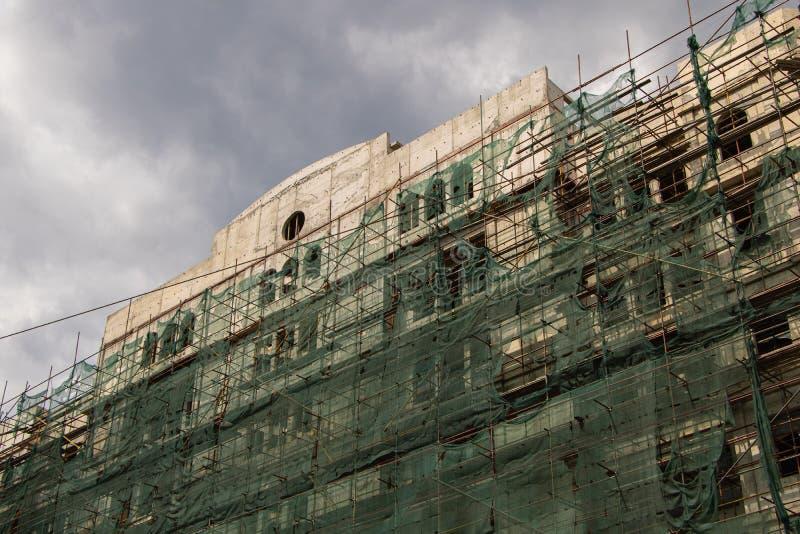 Construção velha da cidade sob a construção renovação exterior imagens de stock