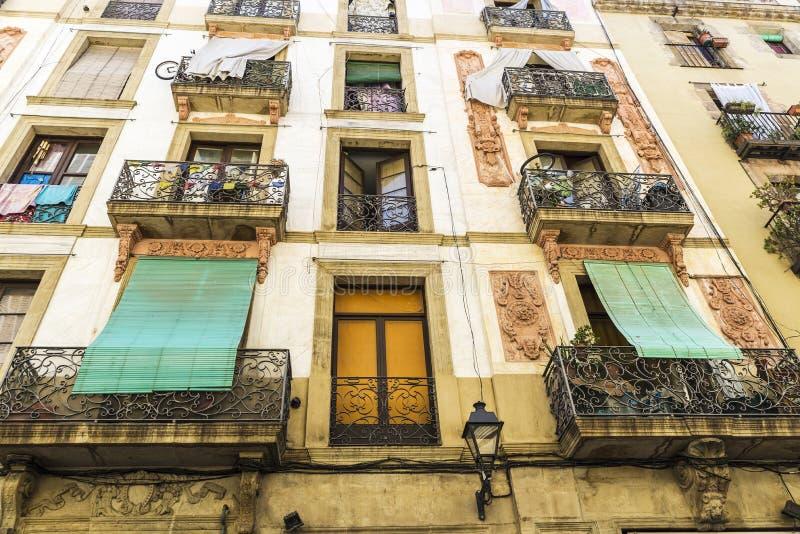 Construção velha da cidade velha de Barcelona fotografia de stock