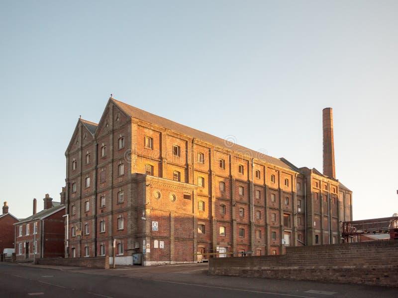 Construção velha da fábrica do malte no mistley essex fora fotos de stock royalty free