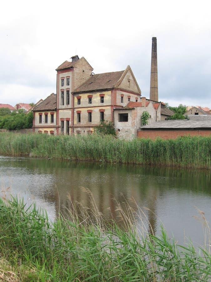 Construção velha pelo rio 4 imagens de stock