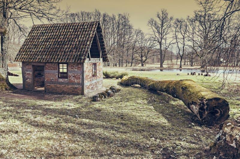 Construção velha pequena do museu público aberto do ar de Ungermuizha, região de Cesis, Letónia foto de stock