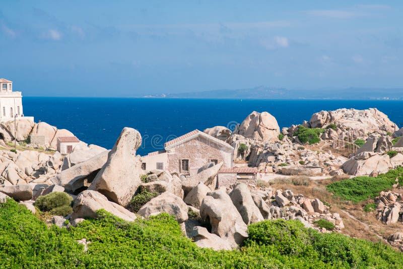 Construção velha perto do farol do Testa do Capo Santa Teresa di Gallura foto de stock royalty free