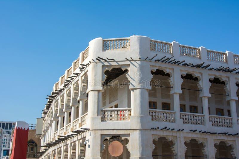 construção velha tradicional de Médio Oriente do Dois-andar no mercado de Souq Waqif imagens de stock