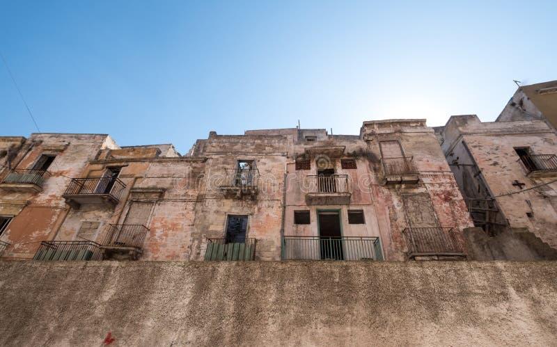 Construções abandonadas, desinibidos em Taranto, Puglia, Itália do sul imagens de stock royalty free
