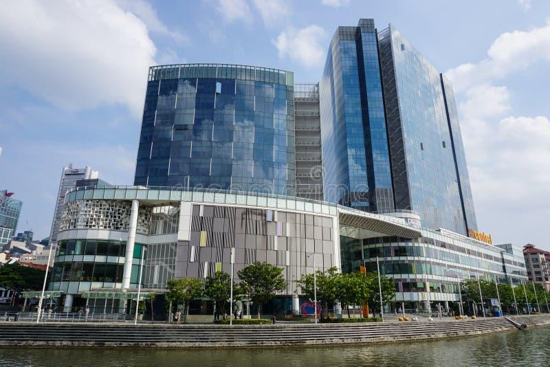 Construções altas com o shopping situado em Clark Quay em Singapura foto de stock