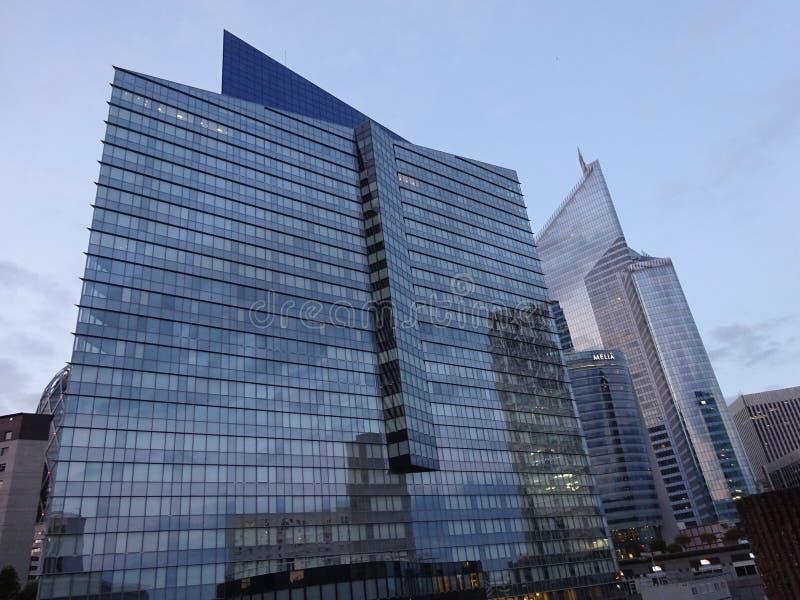 Construções altas da elevação com matiz do céu azul foto de stock royalty free